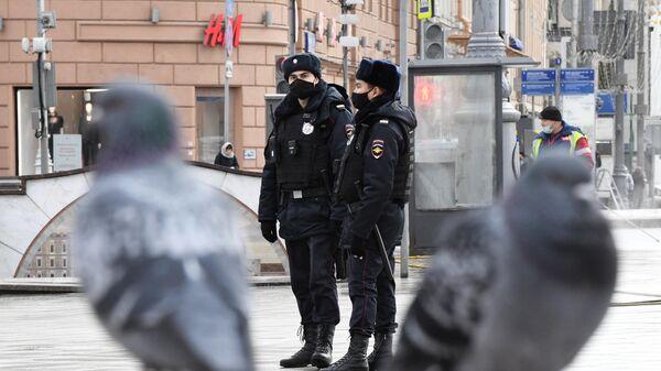 Сотрудники полиции в защитных масках на улице в Москве