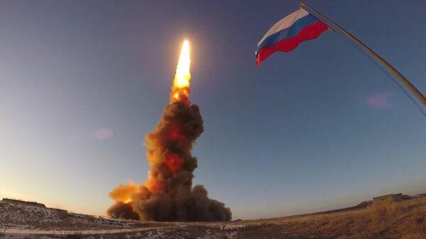 Испытательный пуск новой ракеты российской системы противоракетной обороны на полигоне Сары-Шаган в Казахстане. Стоп-кадр видео