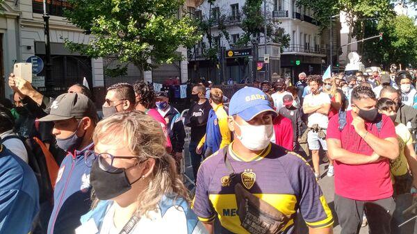 Люди на улицах Буэнос-Айреса прощаются с Диего Марадоной