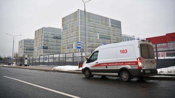 Автомобиль скорой медицинской помощи у городской клинической больницы №40 в Коммунарке