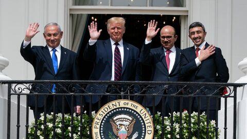 Премьер-министр Израиля Биньямин Нетаньяху,  президент США Дональд Трамп, министр иностранных дел Бахрейна Абдуллатиф бин Рашид аль-Зайани и министр иностранных дел ОАЭ Абдалла бен Заид Аль Нахайян