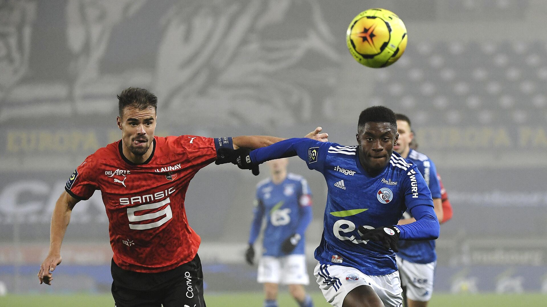 Strasbourg's French midfielder Jeanricner Bellegarde (R) fights for the ball with Rennes' French defender Damien Da Silva during the French L1 football match between Strasbourg (RCSA) and Stade Rennais (SR) at the Meinau stadium in Strasbourg, eastern France, on November 27, 2020. (Photo by FREDERICK FLORIN / AFP) - РИА Новости, 1920, 28.11.2020