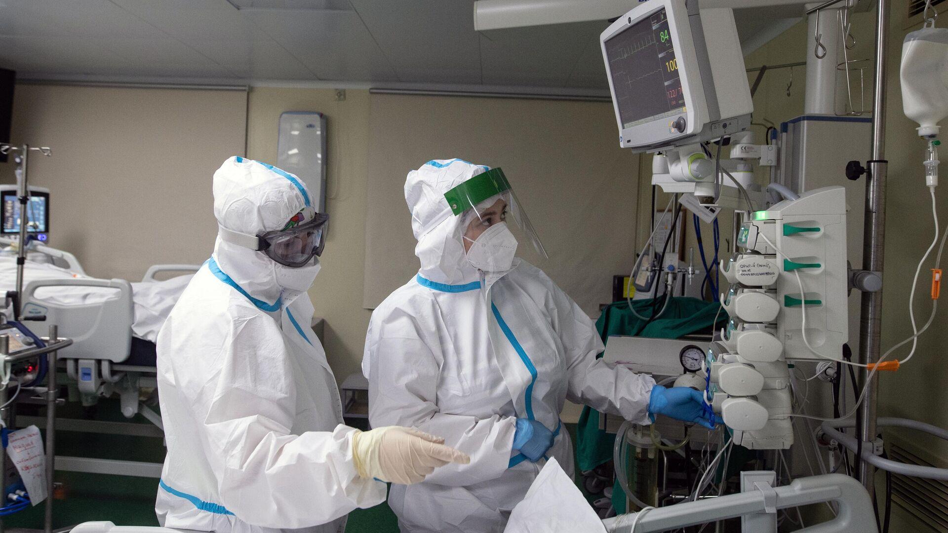 Медицинские работники в отделении реанимации и интенсивной терапии в госпитале COVID-19 в городской клинической больнице № 52 в Москве - РИА Новости, 1920, 01.12.2020