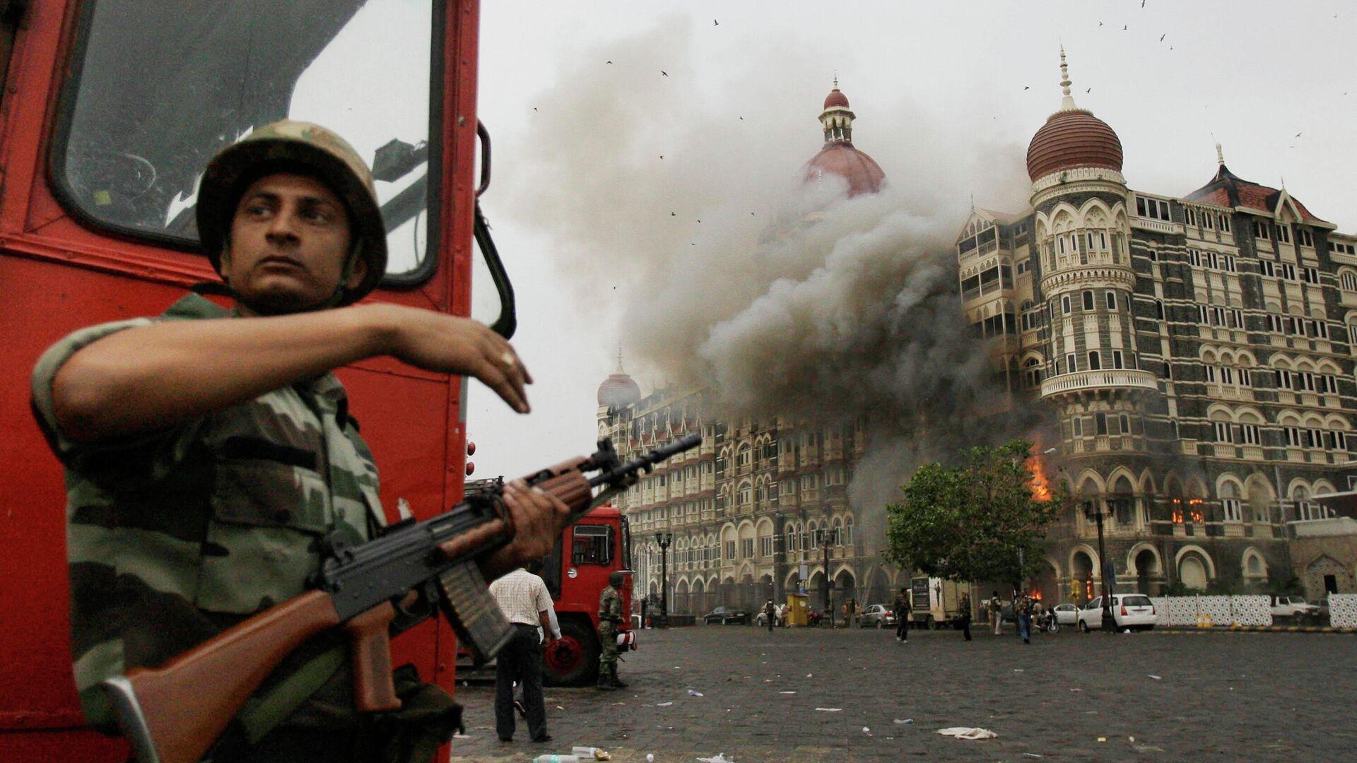 Индийский военный возле отеля Taj Hotel в Мумбаи, на который было совершено нападение - РИА Новости, 1920, 28.11.2020