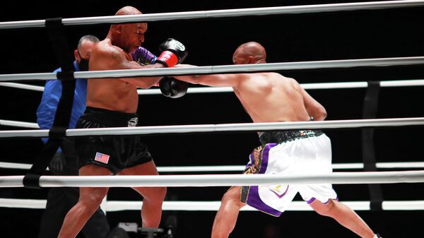 Боксеры Майк Тайсон и Рой Джонс-младший на показательном бое в Лос-Анджелесе