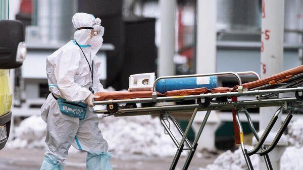 Медицинский работник в карантинном центре в Коммунарке