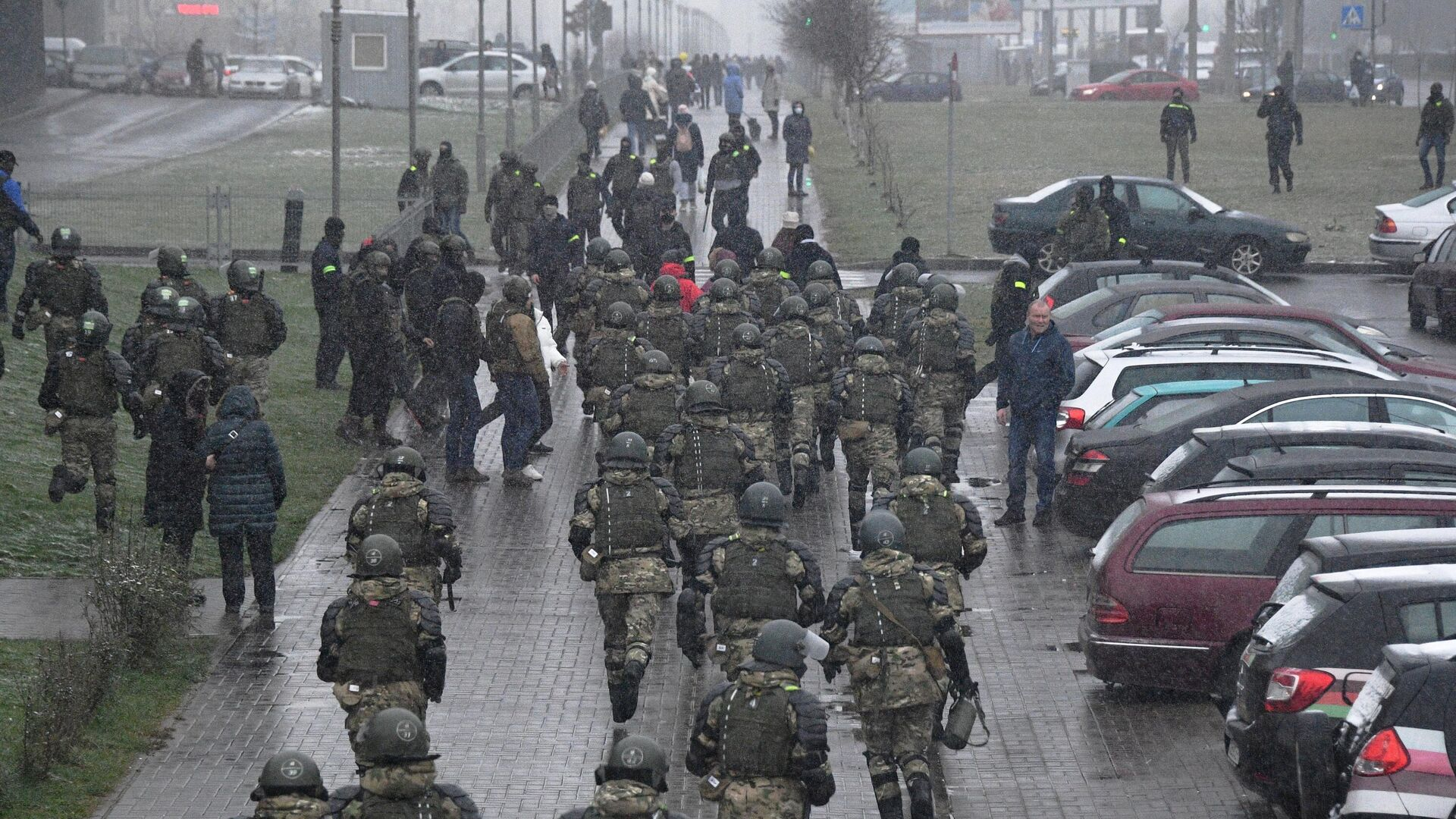 Сотрудники правоохранительных органов во время несанкционированной акции протеста Марш соседей в Минске - РИА Новости, 1920, 29.11.2020
