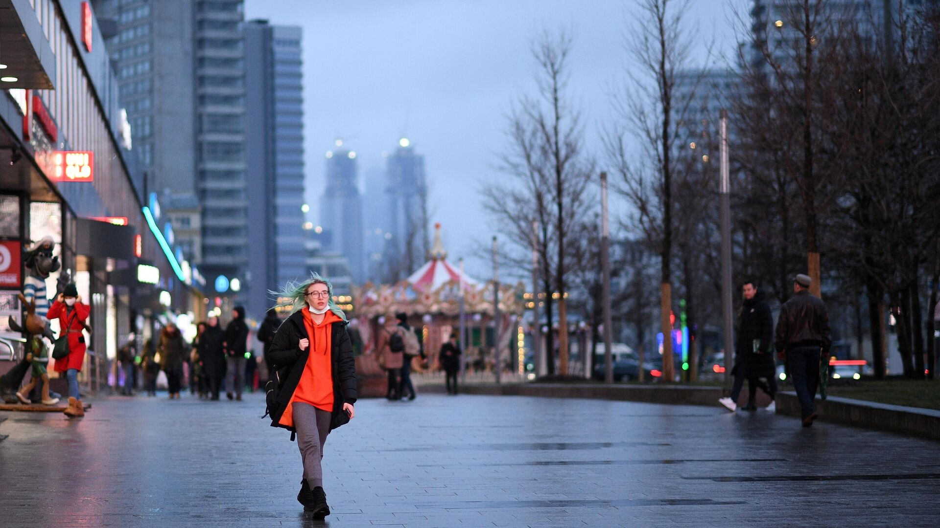 Девушка прогуливается на Новом Арбате в Москве - РИА Новости, 1920, 25.02.2021