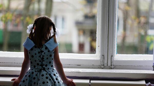 Девочка у окна в детском доме
