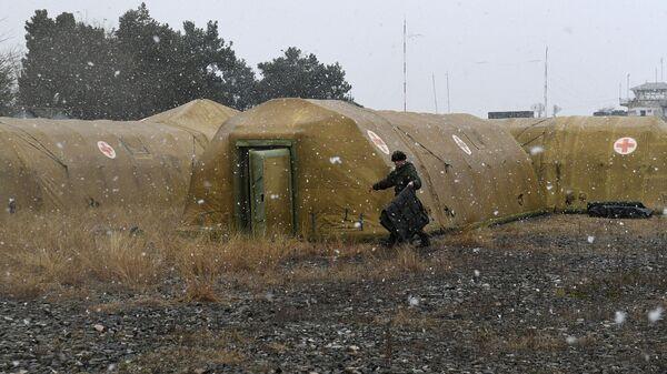Российский военнослужащий на территории мобильного полевого госпиталя неподалеку от Степанакерта