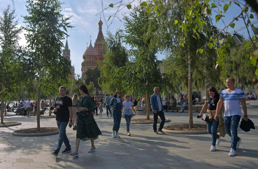 Прохожие в природно-ландшафтном парке Зарядье в Москве