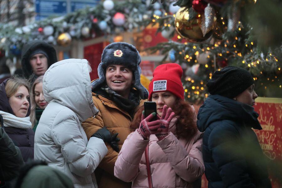 Иностранные туристы на фестивале Путешествие в Рождество в Москве