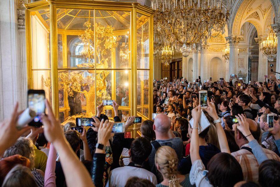 Туристы фотографируют часы Павлин в Государственном Эрмитаже в Санкт-Петербурге