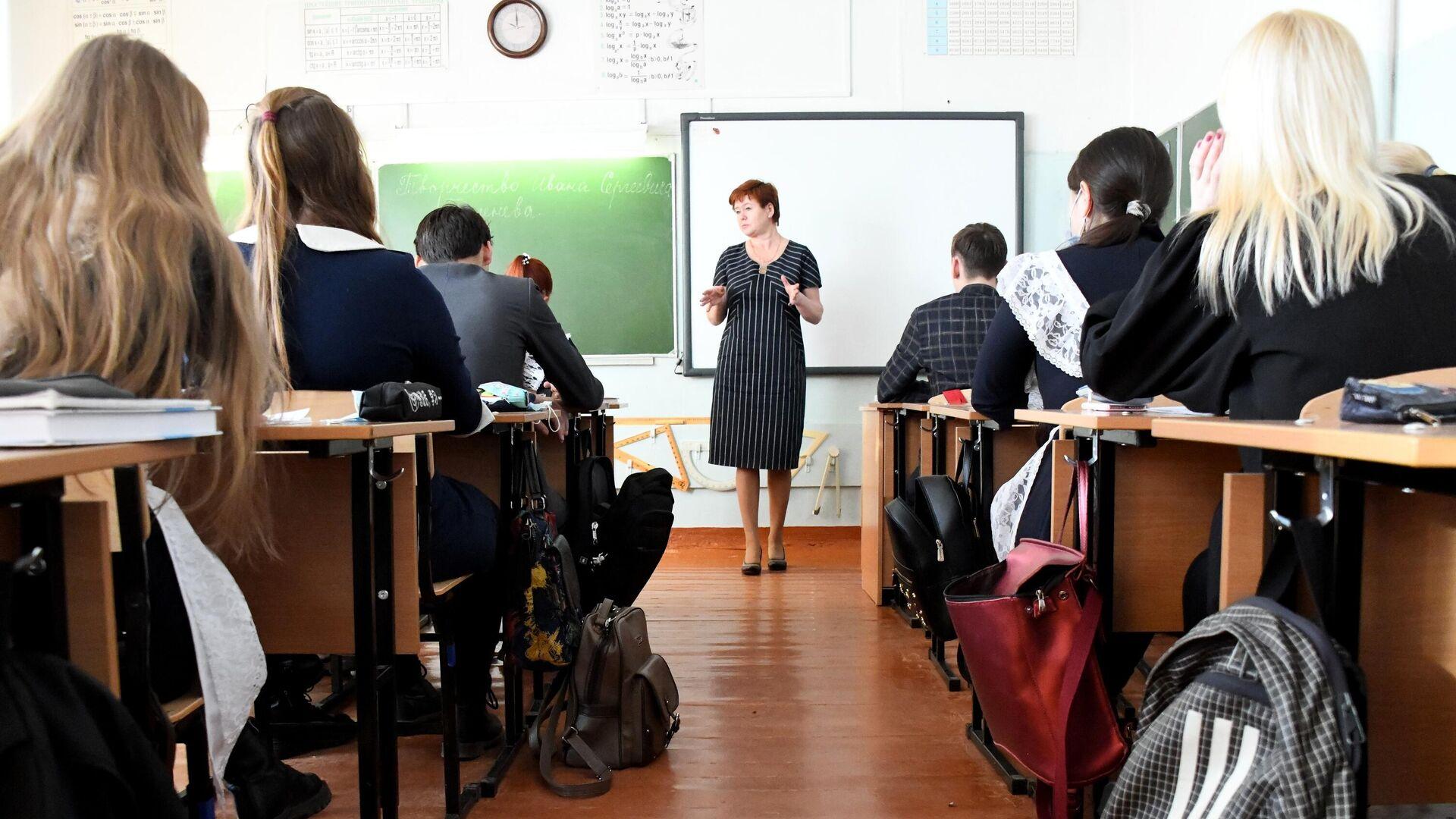 Учащиеся во время урока в общеобразовательной школе №42 города Читы - РИА Новости, 1920, 09.12.2020