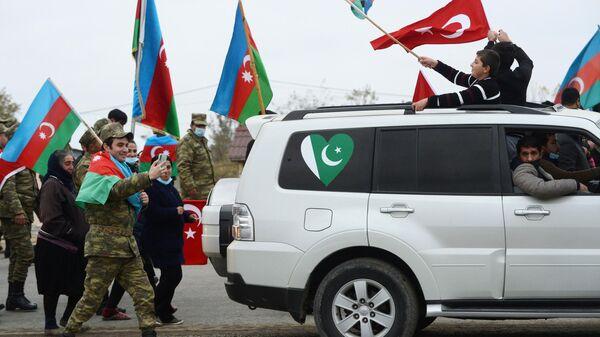 Военнослужащие азербайджанской армии и жители Агджабединского района Азербайджана празднуют возвращения Лачинского района