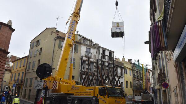 Спасатели задействовали строительный кран во время многочасовой операции по извлечению из квартиры мужчины, весящего 300 килограмм, в городе Перпиньян на юге Франции