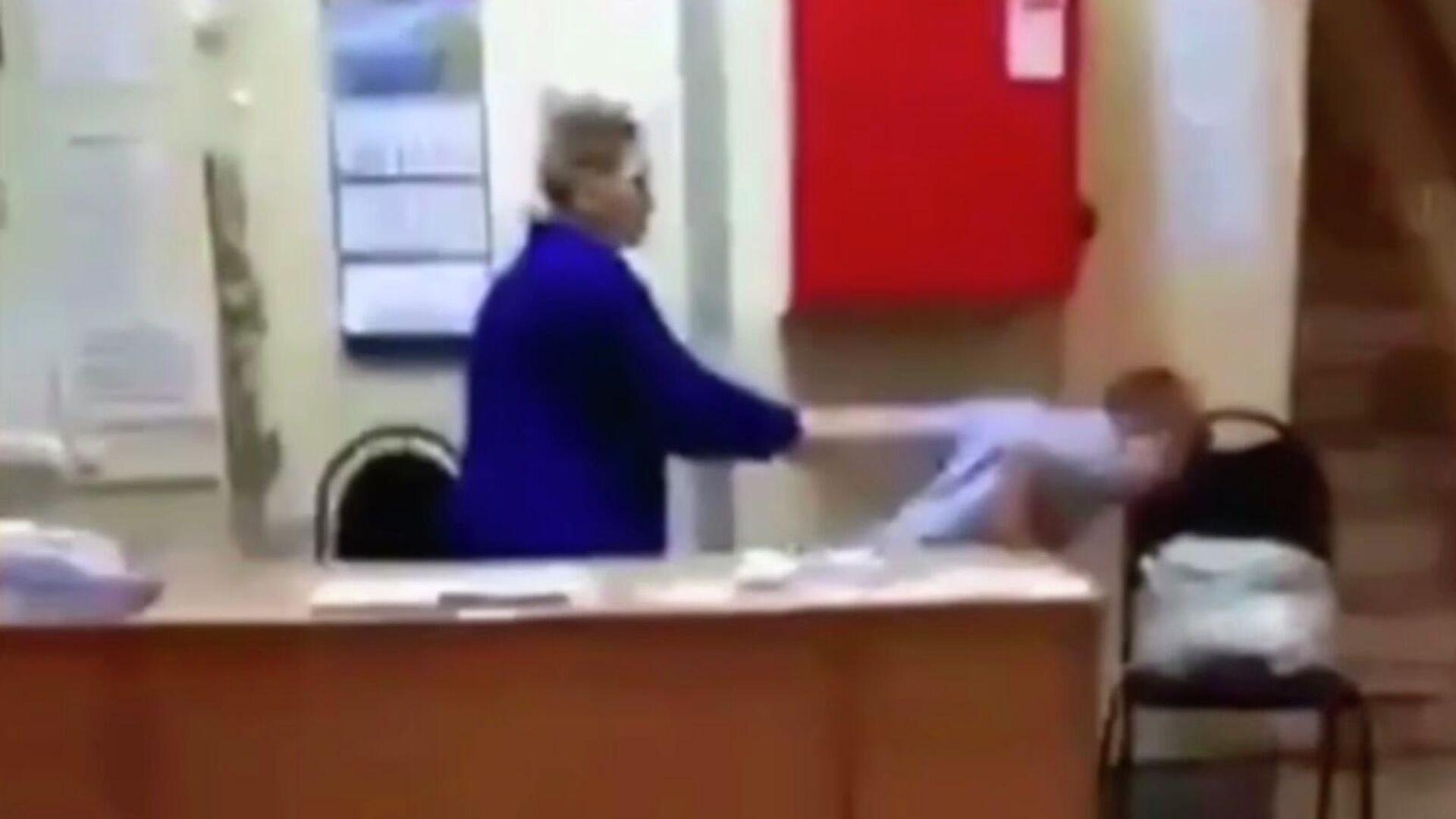 """""""Ты, гаденыш!"""" В нижегородской школе вахтерша грубо скрутила ребенка"""