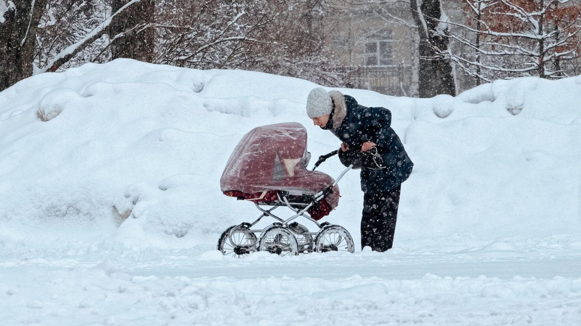 Женщина гуляет с коляской в парке - РИА Новости, 1920, 09.03.2021