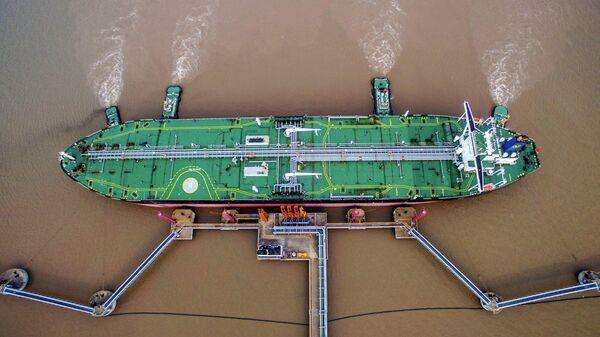 Танкер в нефтяном терминале в китайской провинции Чжэцзян