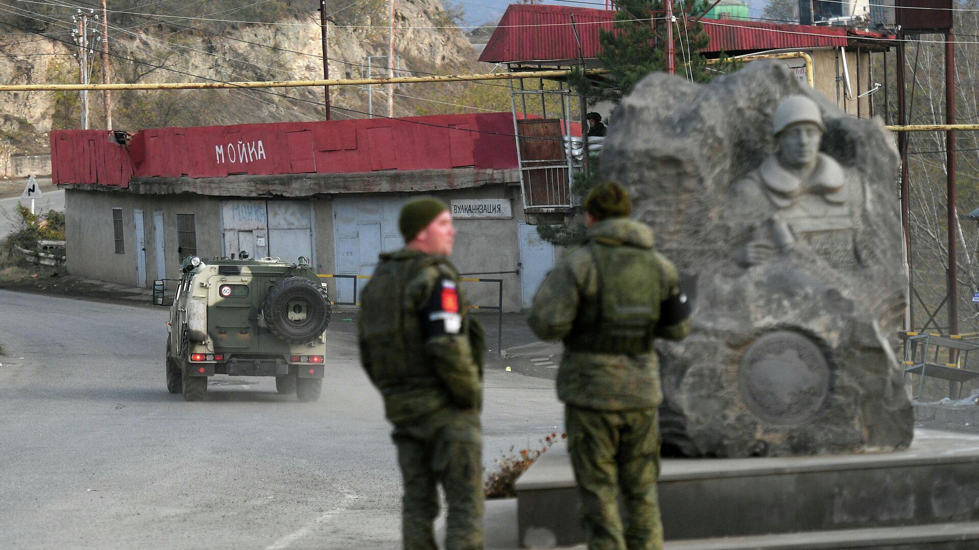 Российские миротворцы на одной из улиц в городе Лачин (Бердзор) в Нагорном Карабахе - РИА Новости, 1920, 03.12.2020