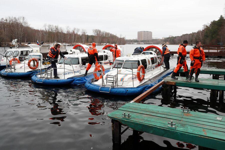 Сотрудники поисково-спасательной станции Строгино во время учений на Москве-реке.