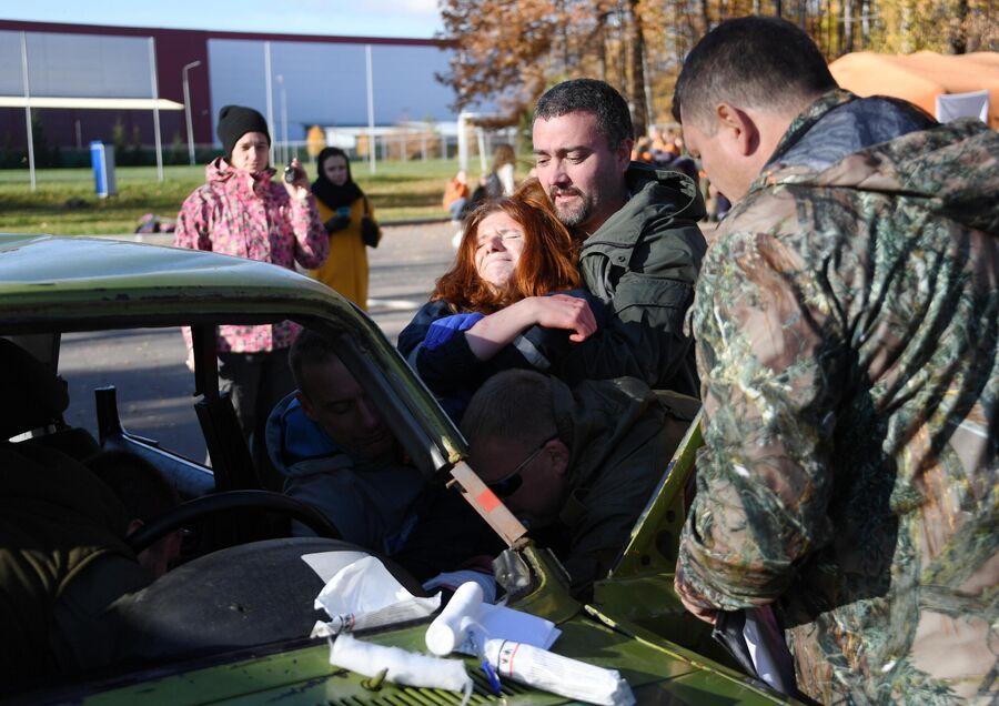 Участники во время отработки навыков оказания помощи пострадавшим при автомобильных авариях на учениях добровольцев-пожарных в Подмосковье.