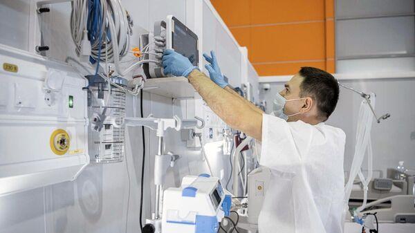 Медицинский работник в новом реанимационном отделении, которое открылось в резервном госпитале для пациентов с новой коронавирусной инфекцией в павильоне No75 ВДНХ