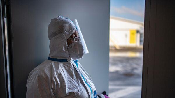 Медицинский работник в приемном отделении госпиталя для больных COVID-19 в Московском клиническом центре инфекционных болезней Вороновское