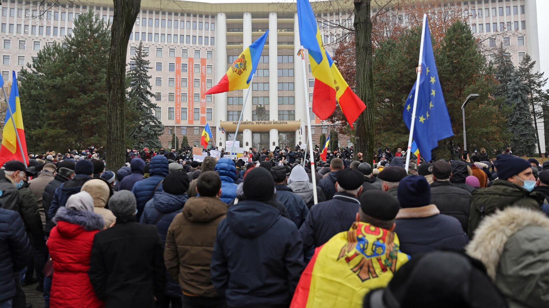 Участники акции сторонников избранного президента Молдавии Майи Санду у здания парламента в Кишиневе - РИА Новости, 1920, 05.12.2020
