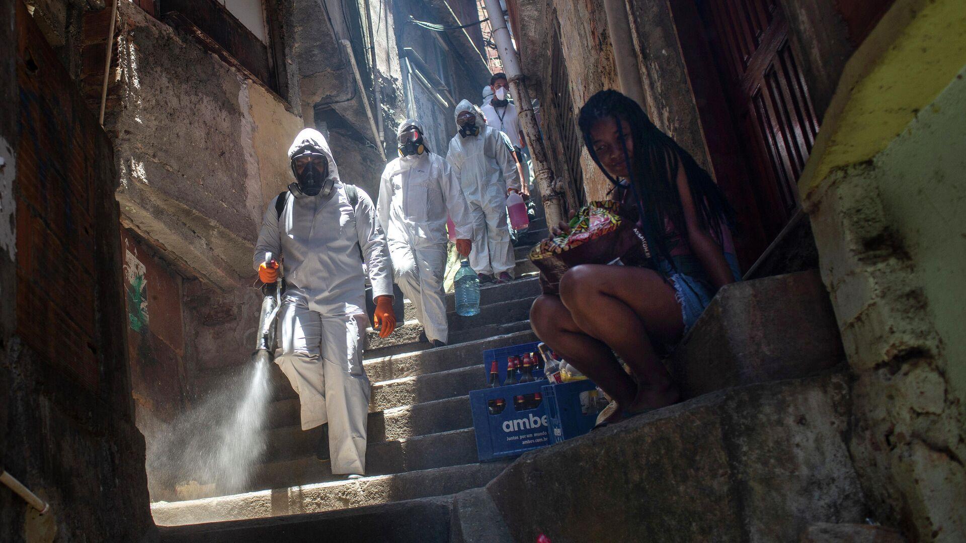 Волонтеры распыляют дезинфицирующее средство в трущобах Санта-Марта в Рио-де-Жанейро, Бразилия - РИА Новости, 1920, 23.12.2020