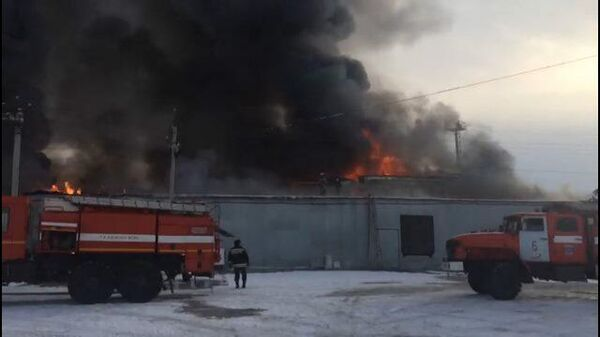 Кадры с места пожара  на складе с пластиком в Омске