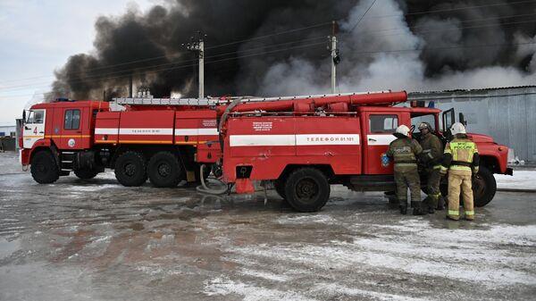 В Нижнем Новгороде загорелись ангары с макулатурой