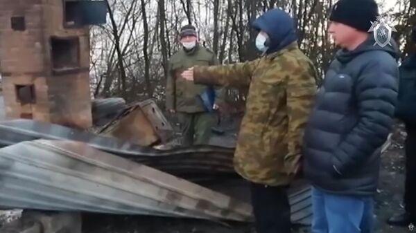 Следственные мероприятия с участием подозреваемых на месте убийства семьи в Московской области. Стоп-кадр оперативного видео