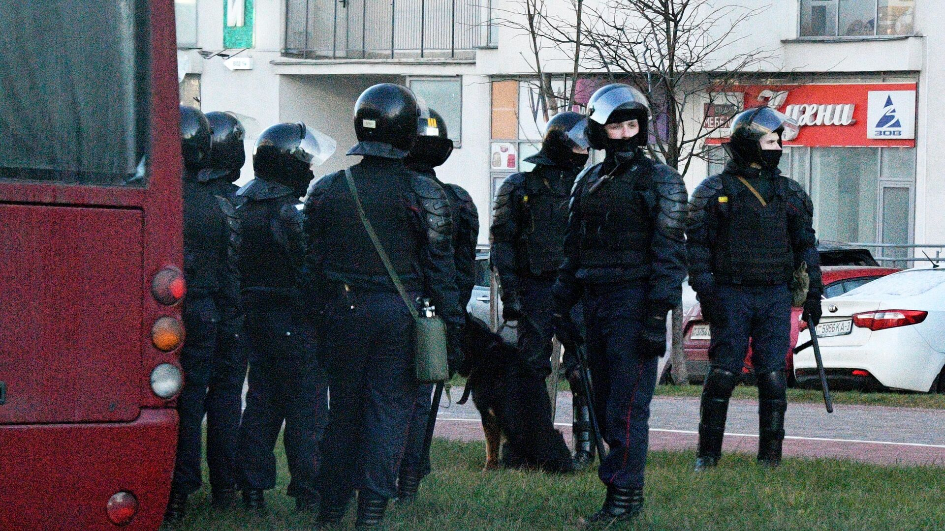 Сотрудники правоохранительных органов во время несанкционированной акции протеста в Минске - РИА Новости, 1920, 28.01.2021