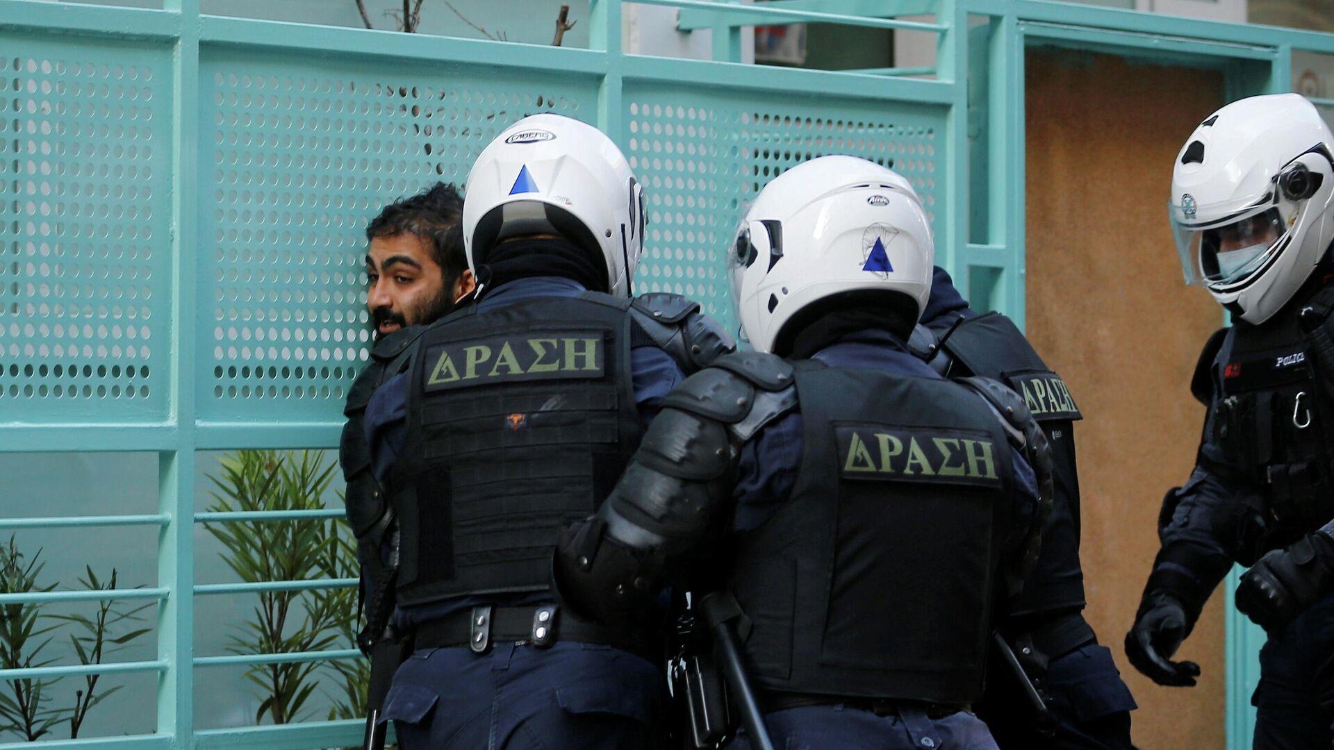 Сотрудники полиции задерживают участника акции протеста в Афинах, Греция, 6 декабря 2020 - РИА Новости, 1920, 06.12.2020