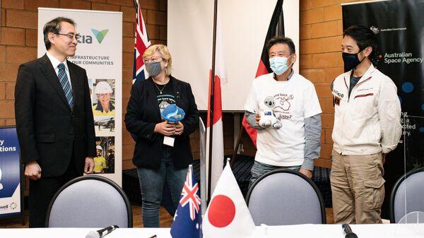 Заместитель главы миссии Посольства Японии в Австралии Шутаро Омура, глава австралийского космического агентства Меган Кларк, Масаки Фудзимото, заместитель генерального директора JAXA и старший инженер JAXA Наказава Сатору на пресс-конференции в Вумере