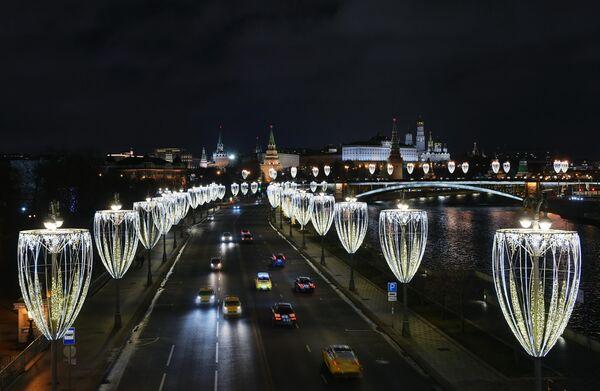 Пречистенская набережная в Москве вечером