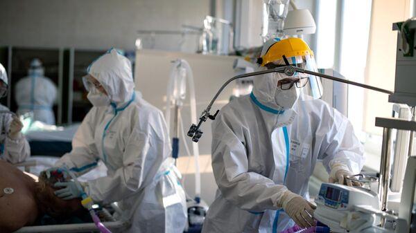 Медицинские сотрудники в отделении реанимации и интенсивной терапии городской клинической больницы  15 имени О. М. Филатова в Москве