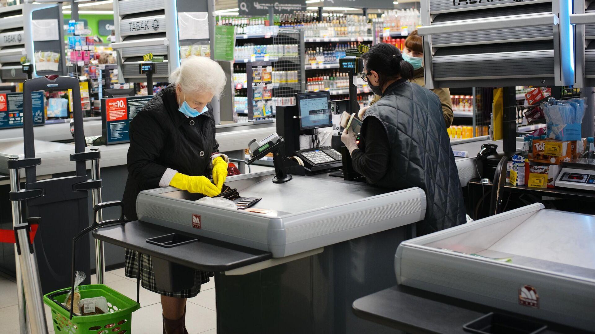 Покупатель оплачивает покупки на кассе в супермаркете Перекресток - РИА Новости, 1920, 13.05.2021