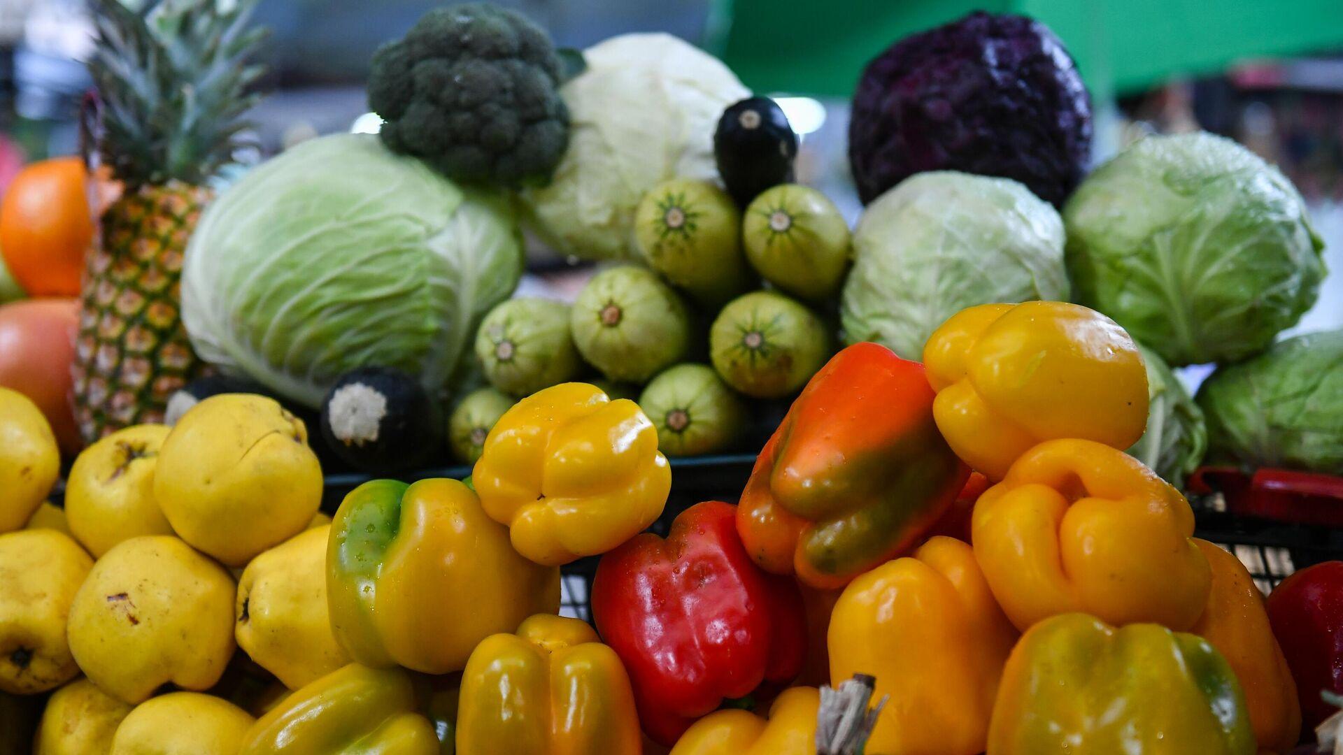 Продажа овощей и фруктов на Ялтинском овощном рынке - РИА Новости, 1920, 03.04.2021