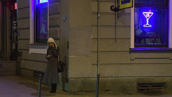 Женщина у одного из кафе в Санкт-Петербурге