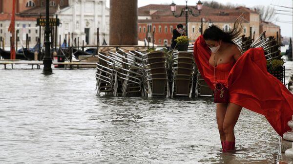 Модель на затопленной площади Святого Марка в Венеции
