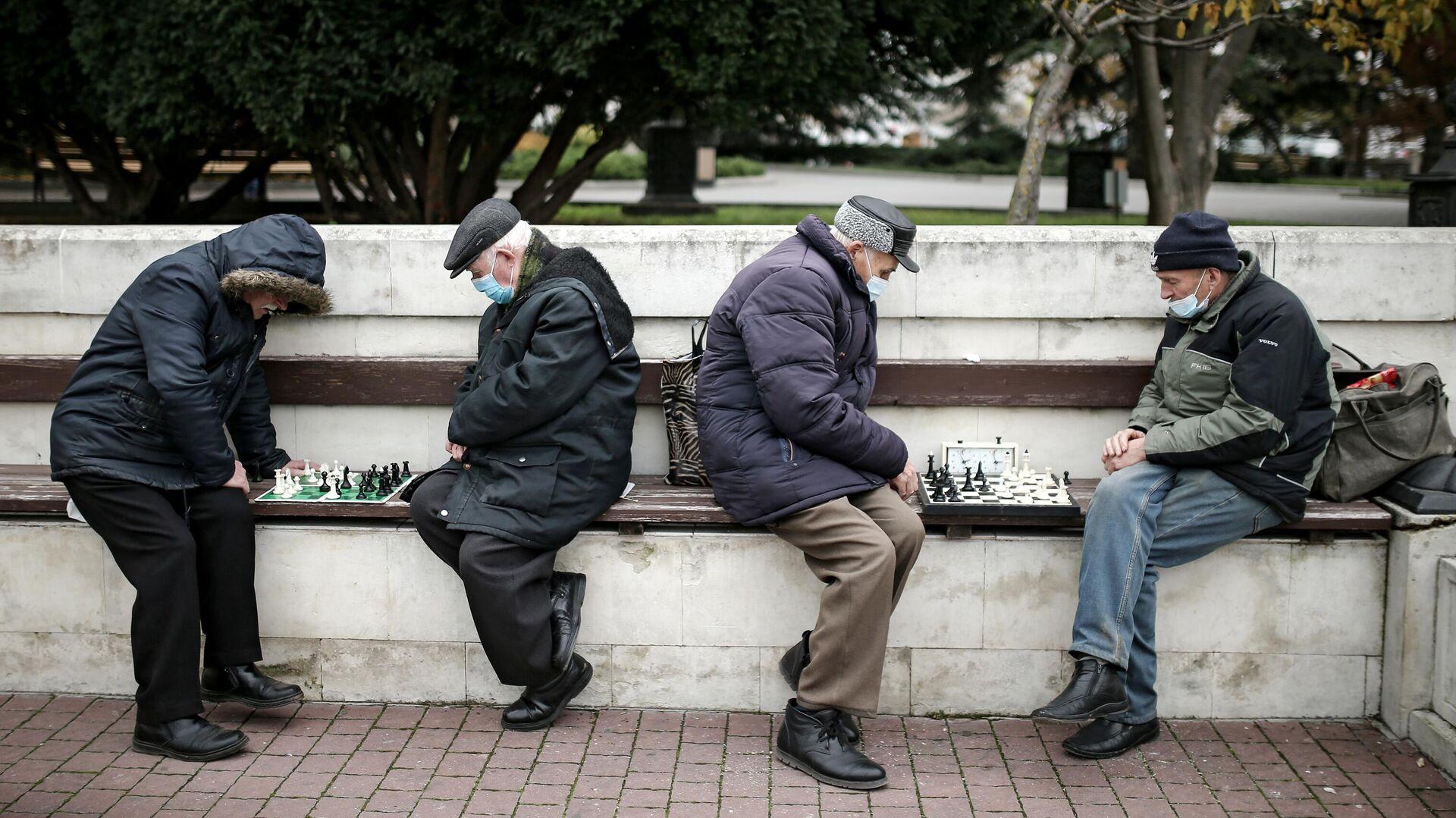 Мужчины играют в шахматы на Приморском бульваре в Севастополе - РИА Новости, 1920, 01.01.2021