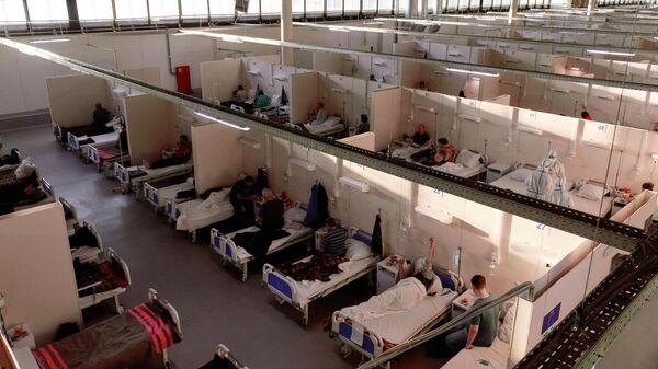 Отделение больных средней тяжести во временном госпитале для больных COVID-19, организованном в выставочном комплексе Ленэкспо