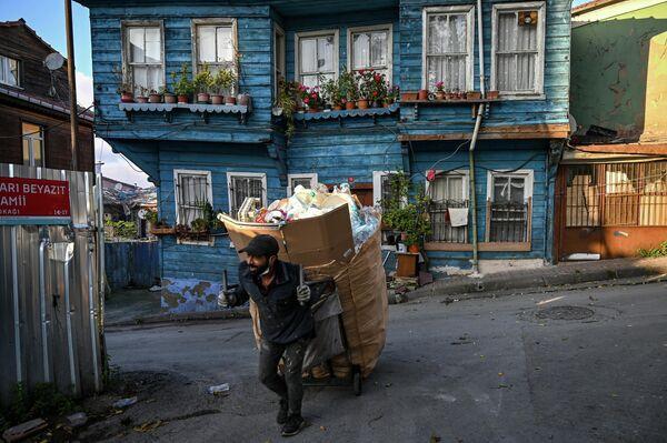 Сборщик мусора во время комендантского часа в Стамбуле