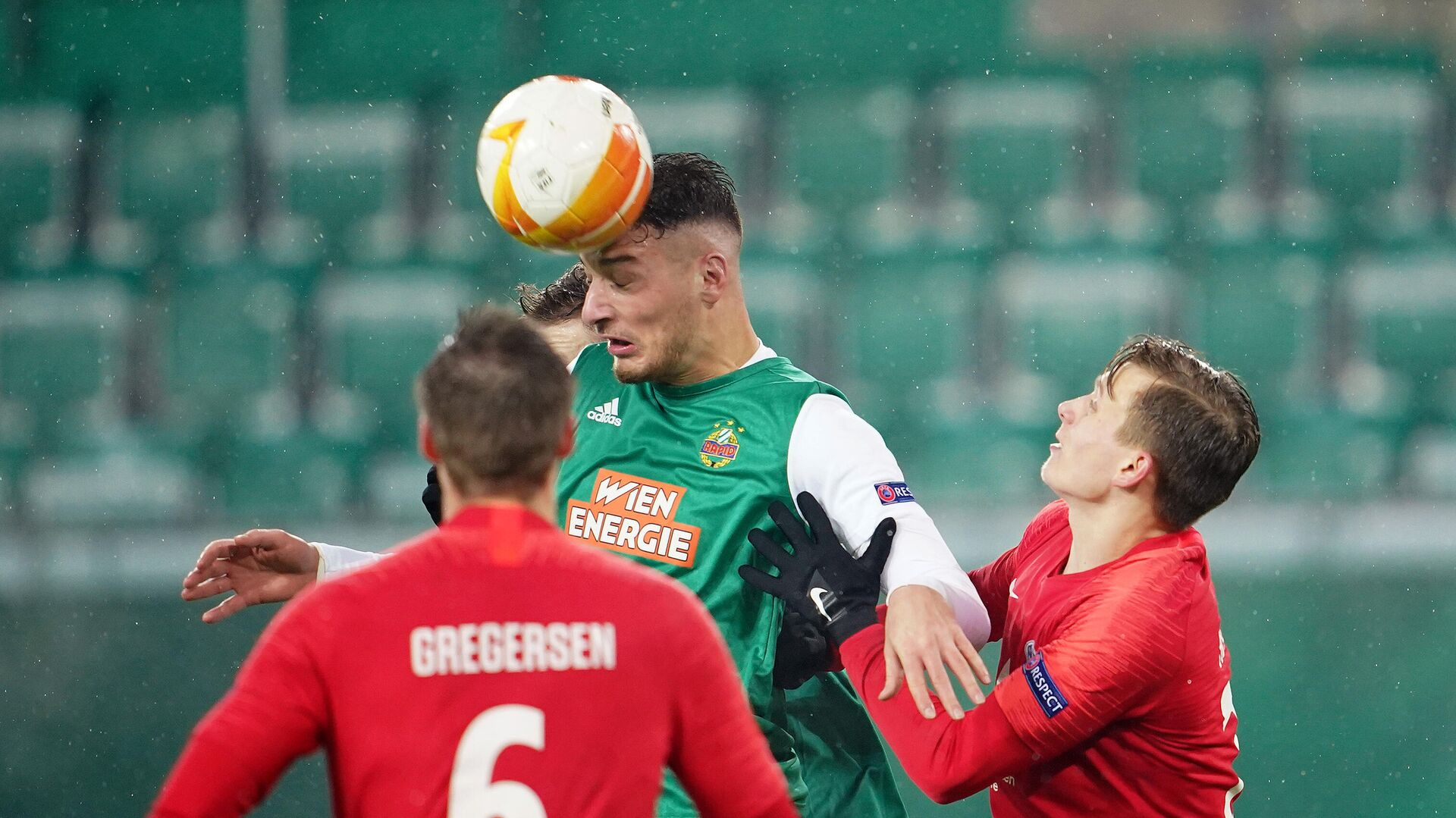 Rapid Wien's Austrian forward Ercan Kara and Molde's Norwegian defender Marcus Holmgren Pedersen vie for the ball during the UEFA Europa League Group B football match between SK Rapid Wien and Molde FK at the Weststadion in Vienna on December 10, 2020. (Photo by GEORG HOCHMUTH / APA / AFP) / AUSTRIA OUT - РИА Новости, 1920, 10.12.2020