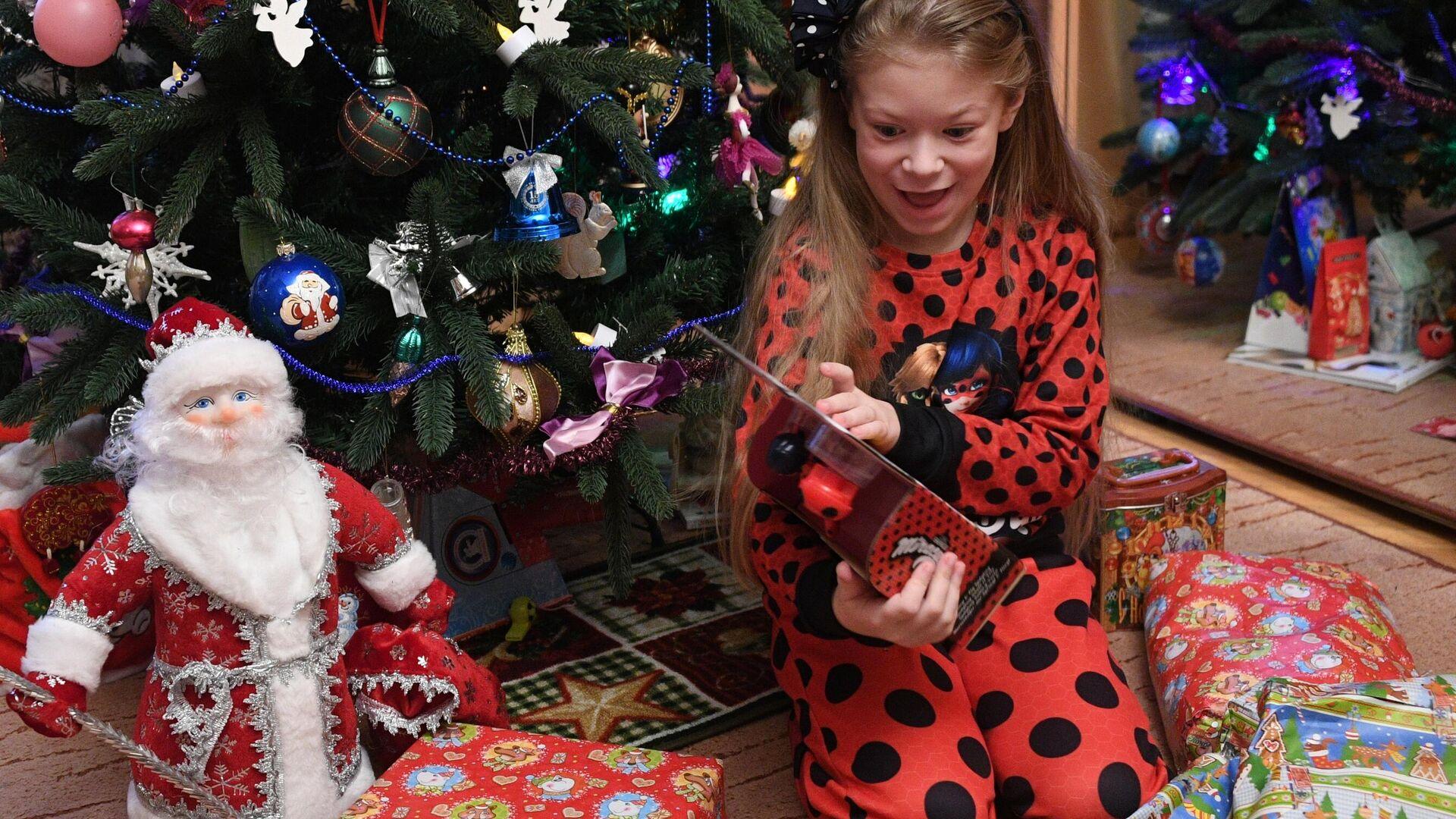 Девочка Маша получает подарки во время празднования Нового года в Москве - РИА Новости, 1920, 11.12.2020