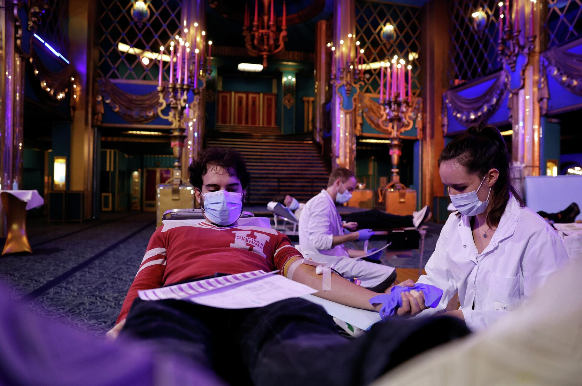 Люди сдают кровь в холле закрытого театра Фоли-Бержер в Париже - РИА Новости, 1920, 11.12.2020