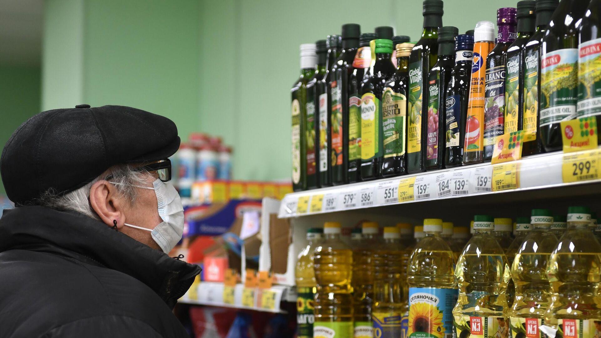 Бутылки с растительным маслом на полке магазина - РИА Новости, 1920, 01.03.2021