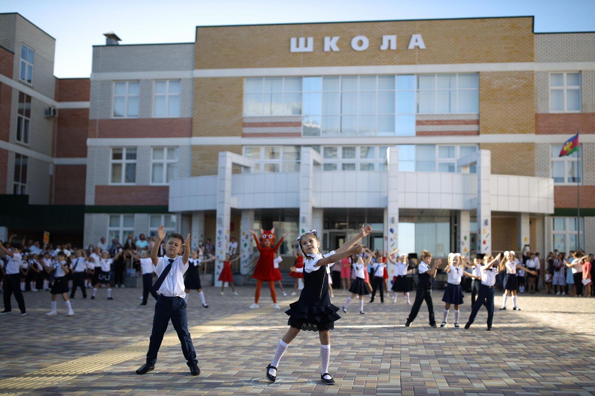 Выступление школьников на праздничной линейке в школе №71 в День знаний в Краснодаре - РИА Новости, 1920, 11.12.2020